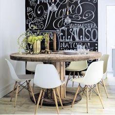 As paredes de lousa tem aparecido em muitos projetos de decoração. Aposte na tendência se quiser aquele toque cool e descontraído no seu ambiente