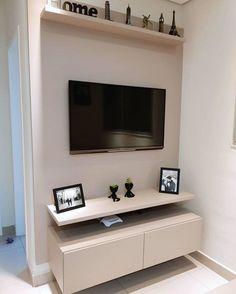 Rack suspenso: 70 modelos para otimizar o seu espaço Small Apartment Interior, Small Apartment Living, Small Living Rooms, Home Living Room, Living Room Decor, Condo Living, Home Decor Furniture, Home Decor Bedroom, Living Room Tv Unit Designs