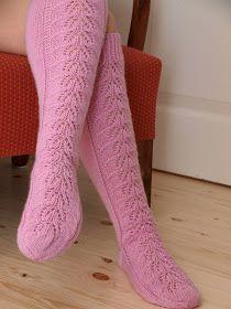 Ihania, vaahtokarkinpunaisia unelmia. Sellaisia voisi ajatella mielessä olevan, kun nämä sukat ovat jalassa. Mitä muuta se voisi ollakkaan...