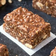 Homemade No Bake Keto Chocolate Crunch Bars (Paleo, Vegan, Sugar Free, Low Carb)- An easy recipe for copycat crunch bars with a ketosis and sugar-free makeover! The ultimate ketogenic dessert recipe ready in 5 minutes! Crunch Chocolate Bar, Chocolate Snacks, Homemade Chocolate, Chocolate Chips, Craving Chocolate, Paleo Chocolate, Chocolate Recipes, Ketogenic Desserts, Low Carb Desserts