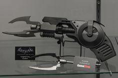 2013 San Diego Comic-Con (#SDCC) - Grapnel gun #replica, #Batman, from NECA Batman Armor, Batman Suit, Batman Redesign, Batman Costumes, Batman Collectibles, Armas Ninja, Futuristic Armour, Black Panther Marvel, Suit Of Armor