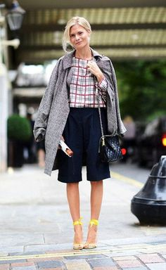I've been crushing on this street style shot from London Fashion Week. The silk plaid blouse, quilted Chanel bag, knee-length shorts and draped coat make for a classic look, yet the lemon yellow sandals give it an unexpected twist. London Fashion Weeks, Beige Outfit, Spring Street Style, Street Chic, Summer Street, London Stil, Foto Fashion, Mein Style, Knee Length Shorts