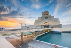 Le Katara Village est une concentration des d'oeuvres culturelles. Situé au nord de Doha, sur le front de mer de West Bay, l'endroit sert de passerelle entre le Qatar et le reste du monde.