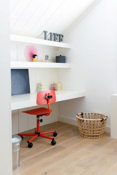 Fijne werkplek gemaakt door Sijmen Interieur. Zwevend bureau inclusief zwevende wandplanken afgelakt in wit.