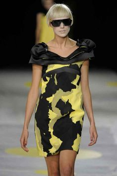 Explore the full Giles Deacon collection archive including Spring/Summer, Autumn/Winter, Pre-fall and Resort ranges.