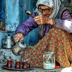 Günaydın  Elleri nasırlı elleri kınalı Anadolu kadını analarımız çayını eksik etmez. Misafirperverdir Anadolu kadını. Ana olma şerefini yaşayan kadınlarımız yine ailelerin en büyük mihenk taşı. #MevlanaPide #Pide #Yemek #Yemekrium #YemekTakip #YemekGram #YemekTarifleri #Yemekler #Yemekteyiz #YemekTarifi #YemekYemek #YemekVakti #YemekBlogcusuyuz #YemekFotografciligi #HayatımMutfak #SaçArası #Sütlaç #Künefe #SunumÖnemlidir #Lezzet #Mutfak #Çorba #KellePaça #Zeytinburnu #Ataköy #Cevizlibağ…