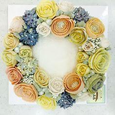 wreath style rice cake with bean-paste flowers made by a student   www.moroocake.com #flowercake #buttercreamflowers #floralcake #wreath-cake #앙금플라워케이크 #떡케이크 #강서구케이크공방 #버터크림플라워케이크 #앙금떡케이크 #앙금플라워떡케이크 #모루케이크