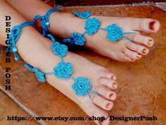 Crocheted Barefoot Sandals for Beach or anywhere Foot Jewelry . Make an anklet in under 180 minutes by crocheting with yarn. Creation posted by Fashion Diva Crochet. Barefoot Sandals Tutorial, Crochet Barefoot Sandals, Love Crochet, Diy Crochet, Crochet Ideas, Wholesale Gold Jewelry, Crochet Jewelry Patterns, Craft Free, Bare Foot Sandals