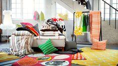 IKEA Österreich, Inspiration, Textilien, Verschiede bunte Textilien u.A. GULÖRT Kissenbezug, STOCKHOLM Meterware, STOCKHOLM Teppich, SKÄRBLAD Kissenbezug, ÖDESTRÄD Bettwäscheset, ÅKERFRÄKEN Bettwäscheset und GULÖRT Teppich