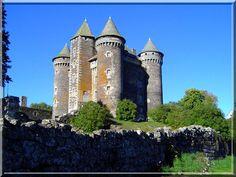 Que vois je ?..... 4 tours d'angle et de petites courtines : Le symbole parfait du château fort. Le château de Le Bousquet en Rouergue est visitable en été. Il est si original que je vous conseille de faire un détour pour le découvrir.