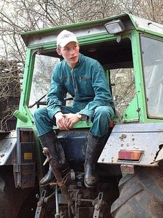 men turned down rubber boots Skinhead Boots, Tractor Photos, Farm Boys, Wellies Boots, Mens Attire, Wellington Boot, Boy Costumes, Hot Guys, Leather