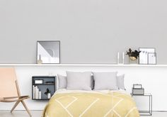 Hängen Sie einen Frame Box an die Wand neben Ihrem Bett und stellen Sie einen Twin Table mit wendbarer Tischplatte auf die andere Seite. So schaffen Sie einen lockeren Look, welcher, dank den vielen erhältlichen Ausführungen, sich jedem Farbkonzept des Schlafzimmers anpassen kann.