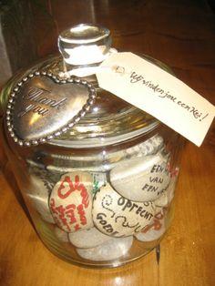 Voor iemand die je een kei vind. Schrijf op de kei wat je van de persoon vind. Craft Presents, Goodbye Gifts, Diy Baby Gifts, Idee Diy, Little Gifts, Party Gifts, Teacher Gifts, Mason Jars, Birthday Gifts
