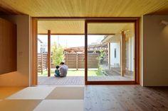 上新庄の家: haws建築設計事務所が手掛けたリビングです。 Divider, Windows, Space, Projects, Room, House, Furniture, Home Decor, Floor Space