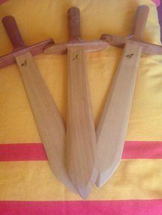Espadas Waldorf, fabricadas a mano con madera nativa del sur de Chile