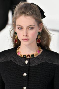 [b]Chanel [/b] Eine neblige Pariser Morgenromanze sagte Sam McKnight Fashion Week Paris, Fashion 2020, 90s Fashion, Couture Fashion, Runway Fashion, Fashion Brands, High Fashion, Fashion Looks, Fashion Outfits