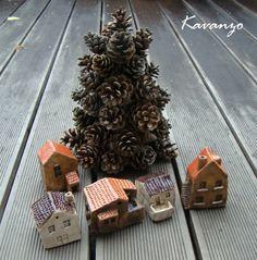 Na náměstí už mají vánoční stromek... Dalších 5 keramických domečků. Výška cca 8 cm. Dva světlé a tři tmavé. Cena za kus