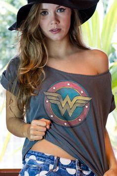 T-shirt Premium Feminina Wonder Woman Classic Logo Modest Fashion, Fashion Outfits, Womens Fashion, Fashion Trends, Fashion Clothes, Mode Logos, Wonder Woman Outfit, Wonder Woman Clothes, Wonder Woman Shirt