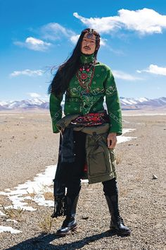a mix of old and new, Tibetan style via ellemenfashion Turandot Opera, Tibetan Clothing, Costume Ethnique, Estilo Hippie Chic, Folk Costume, Costumes, People Of The World, People Photography, Ethnic Fashion
