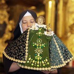 Pražské Jezulátko je připraveno přijmout papeže Infant Of Prague, Jesus Clothes, Church Of Our Lady, Catholic Art, Baby Jesus, Sewing Patterns, Faith, Image, Clothing