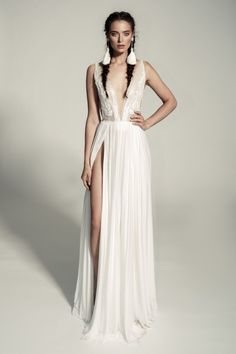 22 Casual wedding dresses for summer---chiffon wedding dresses with slit and plunging neckline, beach wedding dresses Off White Wedding Dresses, Casual Wedding, Designer Wedding Dresses, Bridal Dresses, Wedding Gowns, Wedding Tips, Dress Plus Size, Ladies Dress Design, Look Fashion