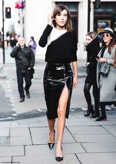 Alexa Chung mostra como uma fenda pode transformar o look e alongar as pernas. Se não quiser usar o saltão, combine a saia de vinil com sapatilhas de bico fino e tricot preto e branco.