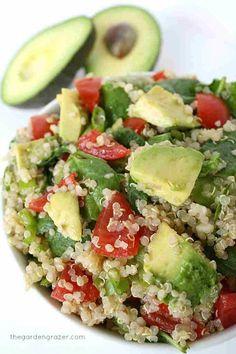 ENSALADA DE QUINOA - Quinoa cocida, cubos de palta (aguacate), cubos de tomate y hojas frescas y pequeñas de espinaca. Un rico aderezo con sal, pimienta, oliva y limón ... a disfrutar del verano !!!