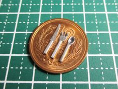 金属製のカトラリー(スプーン・フォーク・ナイフ)の作り方。 100円ショップのダイソーで、以下の商品を見つけました。 線径1.2mmのハンダです。 「ハンダ?」と思われる方もいらっしゃるでしょう。このダイソーで売られているハンダは、鉛と錫(スズ)の合金で、素材としては金属になります。 金属の中でも、鉛やスズは、柔らかく加工しやすいのが特長です。この鉛とスズの合金の『ハンダ』を使って、ミニチュアのカトラリーを作りましょう。 なお、今回の工作時には、ゴム手袋などの着用をオススメします。(ハンダを強く握ったりすると、手が汚れるので…。ハンダの付着した指などで、目をこすったりするのもNG!) 今回の工…