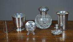 Online veilinghuis Catawiki: Verzameling zilver waaronder, kandelaar, snuifdoos, kristallen flacon met zilveren dop
