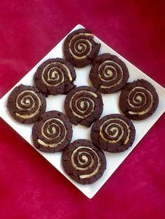 Ya hacía tiempo que me rondaban en la cabeza estas galletas. Si bien no son las galletas Oreo originales,se acercan bastante a ellas en textura y sabor sin el relleno. Y al combinarlas con una capa…
