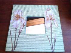 Espejo de malma decorado con papel de scrapbook y pegado encima flores de lirio a las que doy volumen con Glossit Accent.