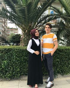 Cute Muslim Couples, Romantic Couples, Cute Couples, Hijab Fashion, Fashion Dresses, Anime Muslim, Hijab Outfit, Couple Posing, Alhamdulillah