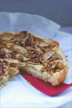 sehr schnelles Rezept für Apfelkuchen mit Frischkäse-Schicht und Walnüssen getoppt - mal was anderes - http://www.moeyskitchen.com/2014/11/apfelkuchen-mit-frischkaese.html
