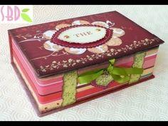 Ciao! In questo video costruisco una scatola porta bustine da the, riciclando delle scatole da imballaggio in cartone ondulato. Spero vi piaccia!    P.S.: IN QUESTO VIDEO HO SCORDATO DI METTERE ALCUNE MISURE, PER AVERE MAGGIORI DETTAGLI VISITATE IL MIO BLOG    Per tanti altri progetti seguimi anche su:    Blog:  http://www.sweetbiodesign.blogspo...