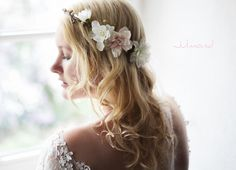 **Dieser blumige, sehr romantische Brautkranz** verzaubert ihr Haar und ist wie geschaffen für eine ganz besondere Braut.  Die farbliche Harmonie aus weiß und rosé ist zeitlos schön und...