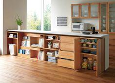 キッチンカウンターや窓の下にぴったりの薄型のチェスト キッチンカウンター下のちょっとしたスキマは、物が置きにくくスペースがもったいないですよね。 薄型のチェストなら、窓の開け閉めも問題なくスムーズ。やさしいナチュラルな雰囲気のこのチェストは、収納力もバツグンで食器や本をたっぷりしまえます。お部屋のセンスもあがりそう! さまざまな機能を持つ6タイプの家具から自由に組み合わせて選べます。