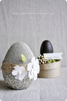 About 2 weeks ago I bought some wood & paper mache eggs to decorate. I love the pretty pastel colors of spring/Easter, but I want a more natural glitz to my Easter! Egg Crafts, Easter Crafts, Diy And Crafts, Easter 2018, Easter Table Decorations, Egg Art, Easter Holidays, Easter Cookies, Egg Decorating