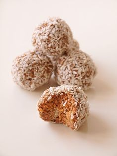 Carrot cake balls – Bakverket Healthy Recepies, Raw Food Recipes, Baking Recipes, Dessert Recipes, Raw Cake, Vegan Cake, Cake Basketball, Yummy Treats, Delicious Desserts