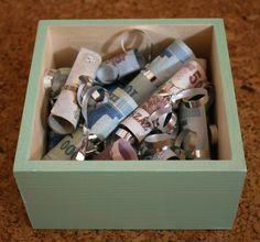 Kötögesd át egyesével a bankjegyeket és tedd a dobozba.