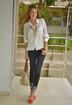 A camisa branca com jeans ganha ares de modernidade com os colares e a sandália colorida! Camisa branca Estevam: http://www.estevamstore.com.br/camisa-feminina-estevam-branca-com-cetim-preto.html