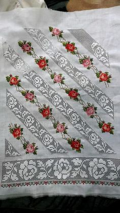 Shirt sleeves punto de cruz paso a paso Folk Embroidery, Hand Embroidery Designs, Embroidery Patterns, Sewing Patterns, Cross Stitch Rose, Cross Stitch Flowers, Drawn Thread, Thread Painting, Love Crochet