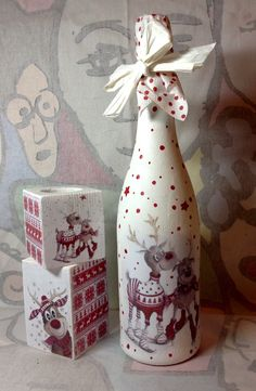 mais garrafinhas estas lindezas foi minha aluna virtual Pâmela Veríssimo que fez! Olha que maravilhosa a combinação de c… Wine Bottle Art, Painted Wine Bottles, Diy Bottle, Wine Bottle Crafts, Decorated Bottles, Handmade Christmas, Christmas Crafts, Decoupage Jars, Decoupage Tutorial