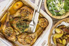 A krumplival, kezdd, legalább 5 percet forrjon a vízben. Addig mosd le és fűszerezd be a húst. S míg az egész szépen megsül a tepsiben, dobd össze a salátát és teríts meg! Fotó: Markovics Gábor Pot Roast, Paella, Meat, Chicken, Ethnic Recipes, Carne Asada, Roast Beef, Cubs