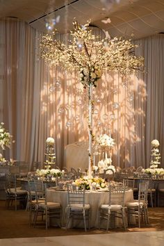 Un gran árbol en el centro de la mesa nupcial. ¡Nos encanta!