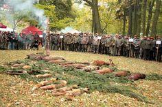 Na dziedzińcu średniowiecznego zamku w Pułtusku zebrali się myśliwi z okolicznych kół łowieckich. Impreza hubertowska przyciągnęła wielu turystów.