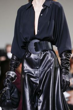 Michael Kors Collection Fall 2017 Ready-to-Wear Accessories Photos - Vogue Dark Fashion, Leather Fashion, Boho Fashion, Fashion Looks, Fashion Outfits, Womens Fashion, High Fashion, Fall Fashion Trends, Runway Fashion