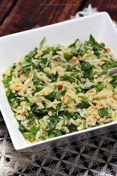 """Za każdym razem, gdy próbuję nowych dań nie mogę wyjść z podziwu, ileż to na świecie jest pysznych smaków, których jeszcze nie skosztowaliśmy. Taka jest właśnie ta """"Sałatka na ciepło z makaronu orzo""""(orzo to makaron w kształcie ryżu bez jajek z pszenicy durum), którą podałam jako dodatek dosoczystej dorady, pieczonej w skorupie solnej (przepis tutaj).…"""