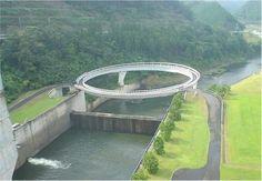As pontes mais esquisitas do mundo:  1 - Ponte da Amizade, Japão: normalmente uma ponte serve para encurtar a distância entre dois pontos. Mas esse não é o caso da Ponte da Amizade, na cidade japonesa de Nantan, situada perto das águas termais de Yoshi, na periferia de Kyoto. Esta ponte de 80 metros de diâmetro efetua um trajeto circular e serve para ilustrar a serenidade trazida no complexo de termas.  Foto: Reprodução