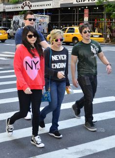 – iCarly cast Miranda Cosgrove, Jennette McCurdy, Nathan Kress and Noah Munck, were seen hanging out and enjoying the sights in New York City, New York on May Be sure to check out more pi… Sam E Cat, Cute Celebrities, Celebs, Icarly Cast, Miranda Cosgrove Icarly, Jenette Mccurdy, Icarly And Victorious, Nathan Kress, Disney Princess Fashion