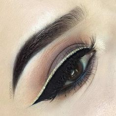Gold eyeliner can instantly turn your everyday makeup into the real masterpiece. Check out our photo gallery. Eyeliner Make-up, Gold Glitter Eyeliner, Eyeliner Shapes, Eyeshadow Makeup, Glitter Liner, Eyeshadow Palette, Eye Palette, Eyeliner Application, Taupe Eyeshadow